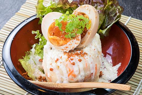 鶏屋のポテトサラダ(煮卵のっけ)